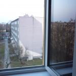 W Piastowie dziecko wypadło z okna