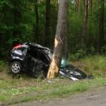 Dwa wypadki. Auto owinięte wokół drzewa