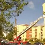 Mszczonów: weszli na dach bloku, grozili skokiem. Byli po dopalaczach? [FOTO]