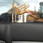 Kilkanaście ton ziemniaków na autostradzie. Przewrócił się tir