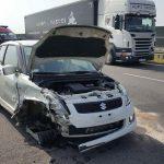 O krok od tragedii na autostradzie: w samochodzie wystrzeliła opona, kierowca uderzył w ekran akustyczny