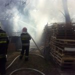 Piastów: pożar składowiska palet w samym centrum miasta