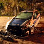 Dramatyczny pościg przez trzy powiaty za skradzionym samochodem. Kierowca nie żyje, czterej policjanci ranni [FOTO]