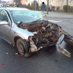 W Wiejcy kierowca stracił panowanie nad kierownicą, uderzył w znak drogowy, słup, drzewo i budynek mieszkalny. Odmówił badania alkomatem [FOTO]