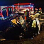 """Wypadek w Błoniu: 27-letni kierowca bmw wypadł z trasy i wylądował w rowie. Strażacy musieli """"wycinać"""" go z auta [FOTO]"""