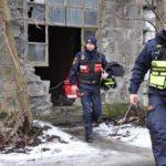 Makabryczne odkrycie strażników: spał w śmietniku pod płonącą kołdrą