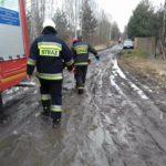 Poważny wypadek w Wycinkach Osowskich. Mężczyzna spadł z dachu, karetka nie miała jak dojechać