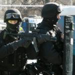 Mnóstwo radiowozów i funkcjonariuszy w kominiarkach. Antyterroryści zatrzymali w Pruszkowie podejrzanych o poważne przestępstwa