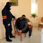55-letni mieszkaniec powiatu pruszkowskiego miał na balkonie marihuanę o czarnorynkowej wartości pond 1 mln zł. Zatrzymali go na siłowni w Grodzisku [FOTO, WIDEO]