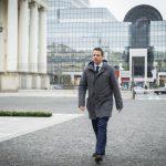 Rafał Trzaskowski już urzęduje w swoim gabinecie. Do ratusza przyjechał tramwajem [SYLWETKA]