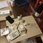 Pruszków: nalot kryminalnych na mieszkanie przy ul. Helenowskiej. Narkotyki! [FOTO]