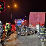 Tragiczny wypadek na autostradzie. Samochód zmiażdżony, 23-letni kierowca nie żyje