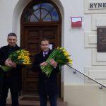 Z okazji Dnia Kobiet włodarze ruszyli w teren. Kwiaty otrzymały m.in. mieszkanki Leszna, Pruszkowa i Błonia [FOTO]