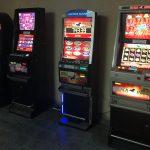 """Nalot kryminalnych i """"skarbówki"""" na lokale z nielegalnymi automatami do gier"""