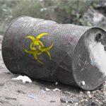 Tajemnicze beczki z chemikaliami przy autostradzie