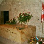 Dwa tysiące osób domaga się przeniesienia grobu pary prezydenckiej z Wawelu na Powązki