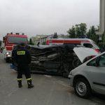 Koszmarne zderzenie dwóch aut w Ożarowie. Seat przewrócił się na bok