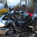 Makabryczny wypadek w Błoniu. Bmw wjechało pod ciężarówkę, dwie osoby nie żyją [FOTO]
