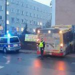 Grodzisk Mazowiecki: autobus miejski uderzył w ogrodzenie [FOTO]