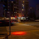 W Warszawie powstała sygnalizacja świetlna dla smartfon zombies. Zobaczcie, jak to działa [WIDEO]