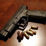 Błonie: 25-latek włamał się do jednego z domów, policjantów przywitał z bronią w dłoni